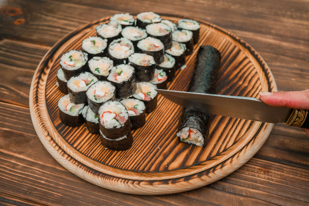 knife and cut kimbap